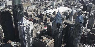 Foto aérea de drone 4k do bny mellon center, do comscast center e dos edifícios do Liberty Place na Filadélfia