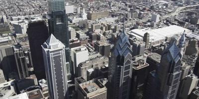 Prise de vue panoramique par drone aérien 4k du centre bny mellon, comscast center et Liberty place à philadelphie video