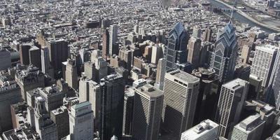 Toma aérea de 4 k drone de liberty place y un grupo de edificios en filadelfia