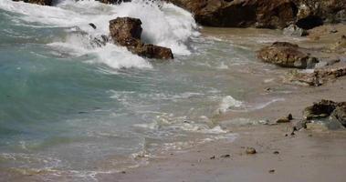 colpo statico delle onde del mare sulla spiaggia.