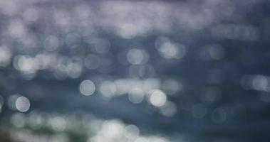 Bokeh-Clip des Sonnenlichts, das auf dem Meer reflektiert.