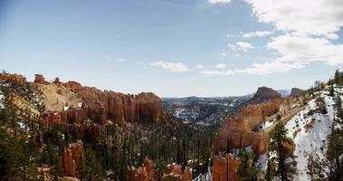 panoramica orizzontale di un canyon rosso e cime innevate in 4K
