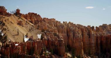 colpo panoramico lento di rocce e cime del canyon rosso in 4K