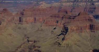 Toma panorámica lenta que va a la izquierda del cañón rojo y un valle profundo en 4k