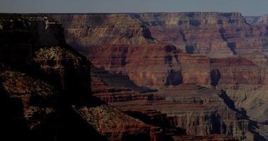 panoramica di avvicinamento alla parete del canyon rosso in 4K