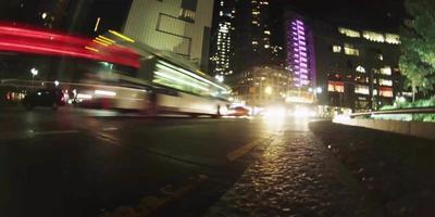 lapso de tempo no nível do piso de veículos em trânsito na rua em 4k video