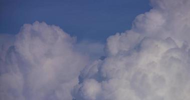 Lapso de tiempo de cúmulos gigantes blancos moviéndose rápidamente con una nube oscura en primer plano en 4k video
