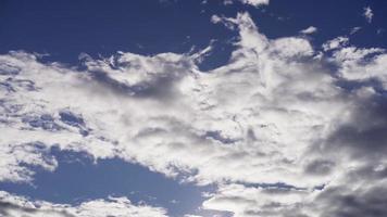 Lapso de tiempo del gran grupo de nubes altocúmulos moviéndose lentamente de derecha a izquierda sobre fondo azul en 4k video