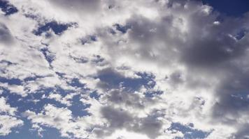 Lapso de tiempo de nubes altocúmulos moviéndose de derecha a izquierda de la escena con rayos de sol detrás en 4k video