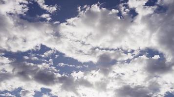 lapso de tiempo de nubes altocúmulos claras y oscuras que se mueven de derecha a izquierda desde la escena en 4k video