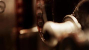 close-up extremo do projetor de filme 8mm e um detalhe do rolo e do filme projetando uma sombra em 4k video