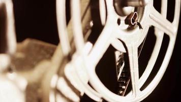 clipe brilhante de projetor de filme de 8 mm movendo o rolo de filme em 4k video