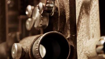 close-up extremo de projetor de filme de 8 mm mostrando a lente projetando-se com uma luz piscando e flim em 4k video