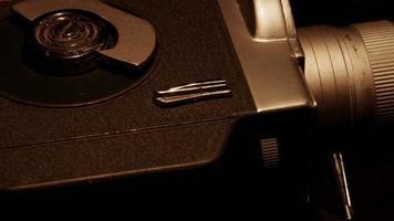 Anordnung von zwei hellen 8-mm-Filmrollen und einer verbrauchten klassischen Kamera, die sich in 4k dreht video