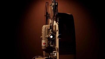 clipe de projetor de filme 8mm com lente, bobinas e mecanismo movendo o filme em 4k video