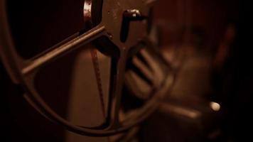 close-up extremo de meio rolo girando na escuridão rolando o filme em 4k video