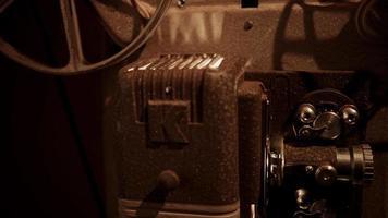 close up van vintage filmprojector met aanhouding in het tandwielmechanisme en de lens in 4k