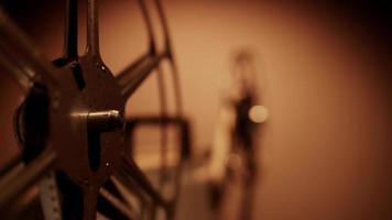 close-up extremo de rolos de filme girando no projetor com foco em primeiro plano e fundo quente em 4k