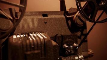 Wanderaufnahme eines 8-mm-Filmprojektors von der vorderen Rolle zur hinteren Rolle und umgekehrt in 4k video
