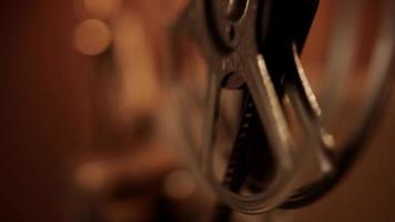 verticaal bewegend schot van draaiende spoel naar lens die de film volgt en vice versa in 4k