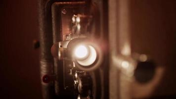 handcamera-opname van lens en lamp die een film projecteren met een knipperlicht in 4k