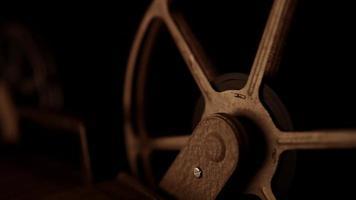 Toma estática del rollo de película girando con una iluminación cálida y un fondo oscuro en 4k video