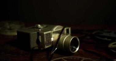 verticaal panning geschoten op tafelniveau van spoelen, camera en film op een tafel in 4k