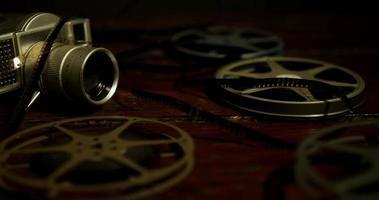 panorâmica no nível da mesa indo para a esquerda das bobinas, câmera antiga e filme em 4k