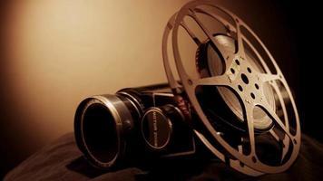 clipe de rolo de filme e câmera clássica girando com luz do lado direito e fundo quente em 4k