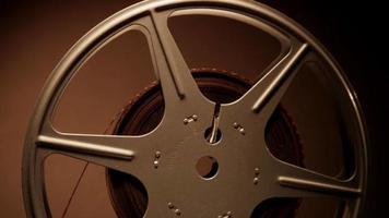 close-up extremo do rolo de filme girando para a esquerda em fundo sépia em 4k video
