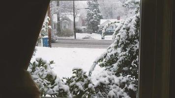 mirando por una ventana en un día de nieve | material de archivo gratis