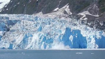 geleira se partindo na baía de Blackstone stock footage