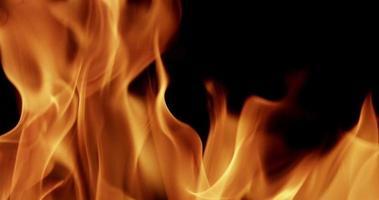 Chiuda in su delle fiamme danzanti con movimento casuale al rallentatore 4K