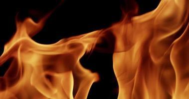 close-up extremo de fogo laranja criando uma bela textura em câmera lenta 4k video