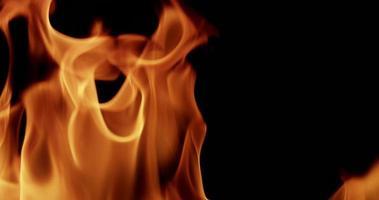 close-up para chamas aleatórias criando um firewall em câmera lenta 4k video