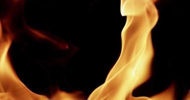 calde fiamme trasparenti lampeggianti su sfondo scuro al rallentatore 4K