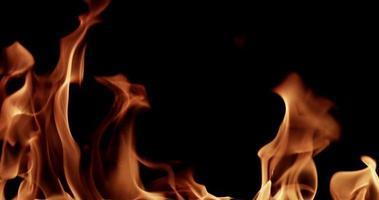 fogo animado brilhando e criando um modelo quente para tópicos de calor em câmera lenta 4k video