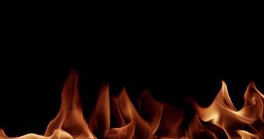 modelo quente com chamas espetaculares brilhando na escuridão em câmera lenta 4k video