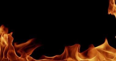 llamas salvajes parpadeando y ardiendo en la oscuridad para temas de música metal en cámara lenta 4k