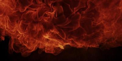 bola de fogo em chamas na escuridão e desaparecendo em 4k