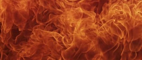 Bola de fuego salvaje de llamas naranjas en 4k video