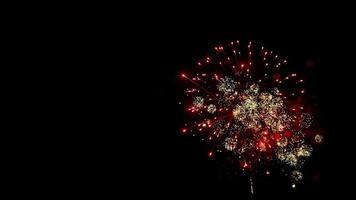 tiro largo extremo de fuegos artificiales de brillo amarillo en el lado derecho del cielo nocturno en 4k video