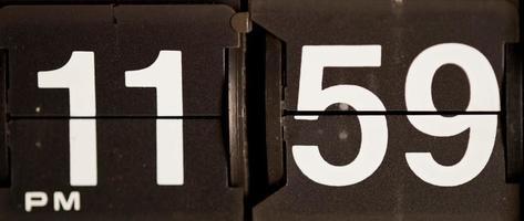 Retro Flip Uhr wechselt von 23:59 Uhr bis 12:00 Uhr in 4k video