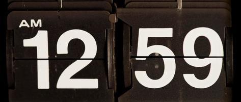 Retro Flip Uhr wechselt von 12:59 Uhr bis 01:00 Uhr in 4k video