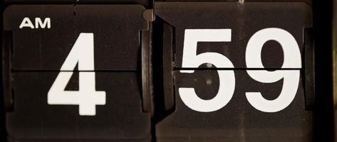 retro flip clock mudando das 04:59 às 05:00 em 4k video
