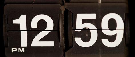 retro flip clock mudando das 12h59 às 13h em 4k video