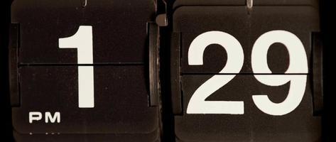 retro flip clock mudando das 13h29 às 13h30 em 4k video