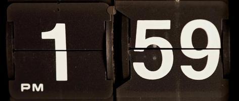 retro flip clock mudando das 13h59 às 14h em 4k video
