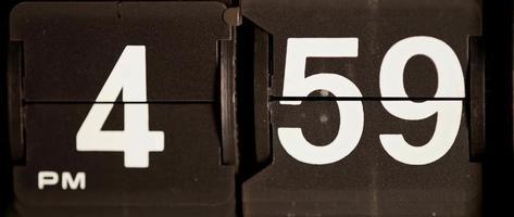 retro flip clock mudando das 16:59 às 17:00 em 4k video