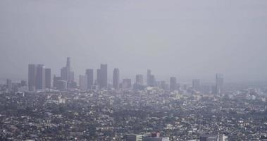 Plan long de la ville de Los Angeles panoramique à gauche montrant les gratte-ciel en 4k